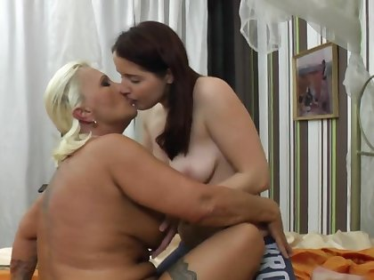 Chubby mature Bereny licks gungy pussy be advantageous to brunette amateur Diana