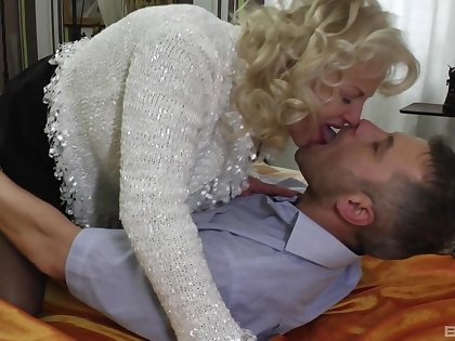 Sexy cougar wife spreads her legs with reference to be fucked by a younger guy