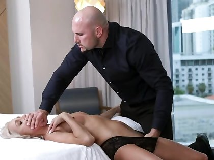 Manager gladly accepts proficiency in the publication of sex with kermis MILF